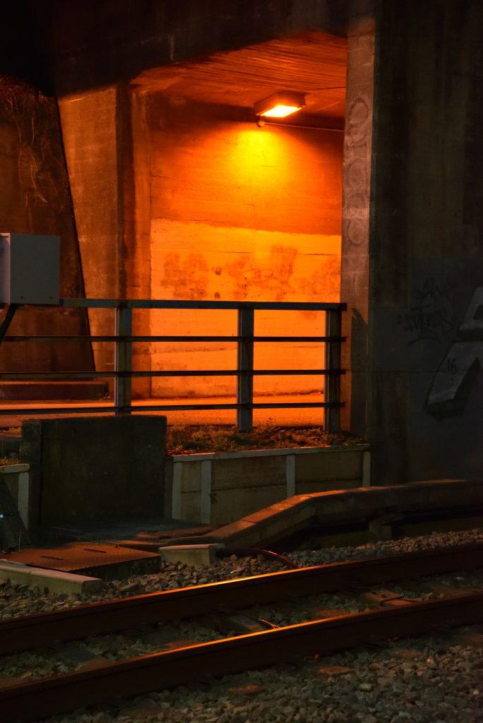 中央林間2丁目トンネルと線路です