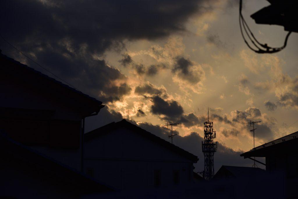 南林間8丁目 雲間から夕日のさす西の空です