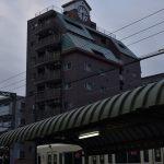 林間1丁目 時計のある建物と小田急線です