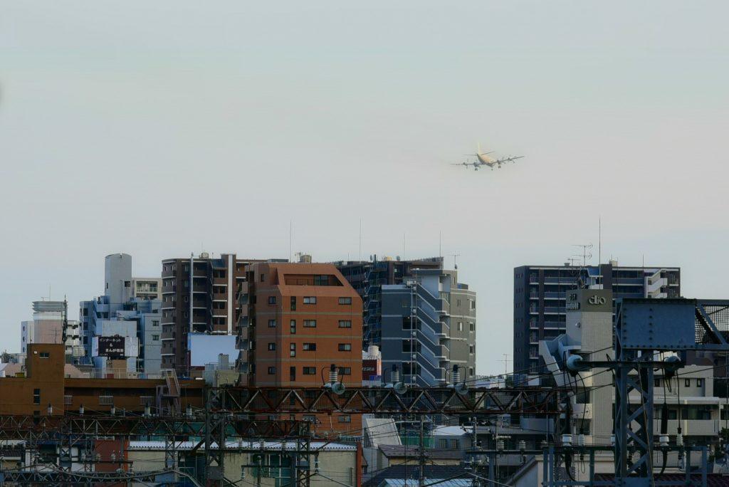 林間2丁目 南林間駅前のビル群と飛行機です