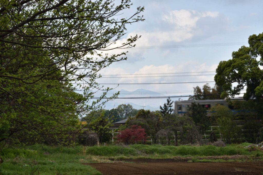 座間谷戸山公園 丹沢大山を背景に走る小田急線です
