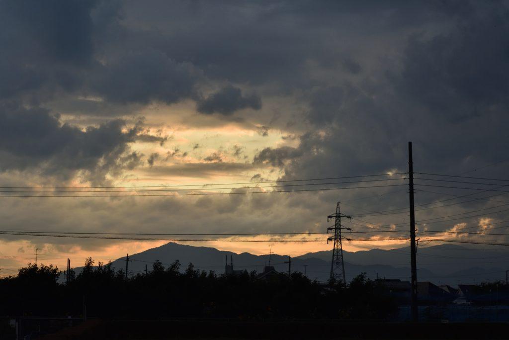 南林間 山と西の空の夕景です